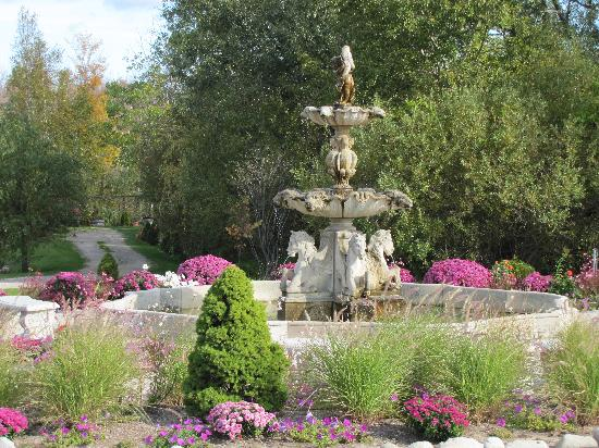 Charlevoix Inn & Suites: Castle Grounds