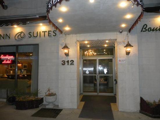 Peterborough Inn & Suites Hotel: Front entrance