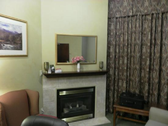 Peterborough Inn & Suites Hotel: Big a spacious rooms with fireplace