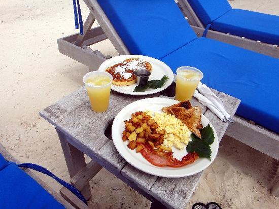 Pelican Reef Villas Resort: Breakfast on the Beach