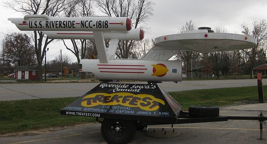 ‪‪Riverside‬, ‪Iowa‬: The Starship Riverside sits in the parking lot of the local ST shop/museum.‬