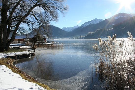 Weissensee, Österrike: Il lago dalla riva davanti al Moser