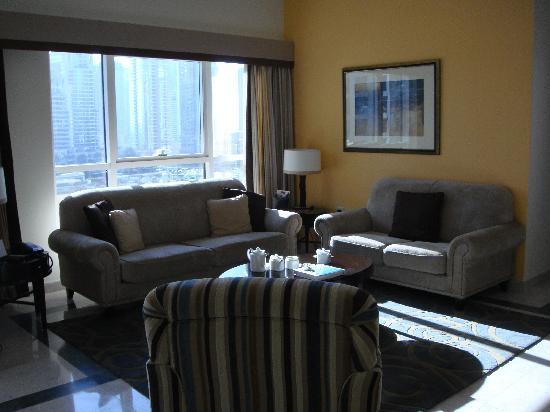Dubai Marriott Harbour Hotel & Suites: The sitting room