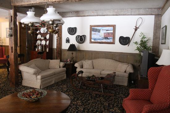 Grey Bonnet Inn: Living room