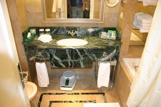 Sheraton Addis, a Luxury Collection Hotel: Bathroom 1