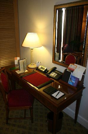 Sheraton Addis, a Luxury Collection Hotel: Room 2 - desk (with internet connection)