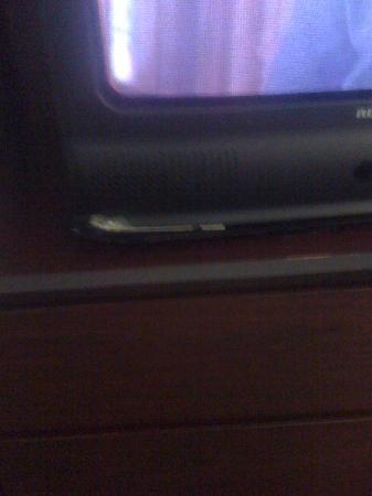 Hollywood Inn & Suites: Broken TV