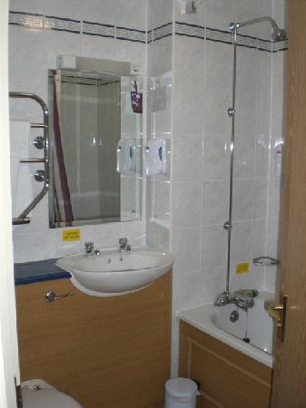 Premier Inn Manchester (Hyde) Hotel: Sink Bath