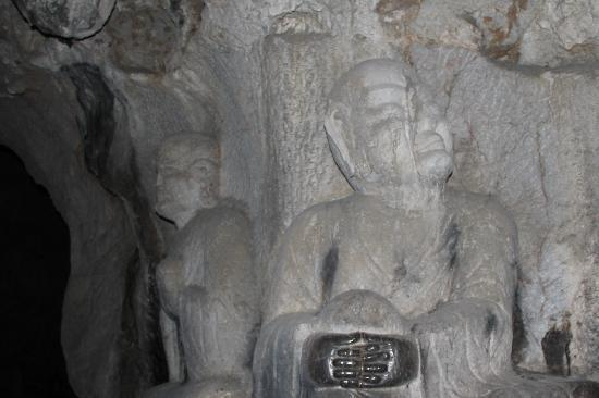 Fei Lai Feng: Buddha carvings in cave