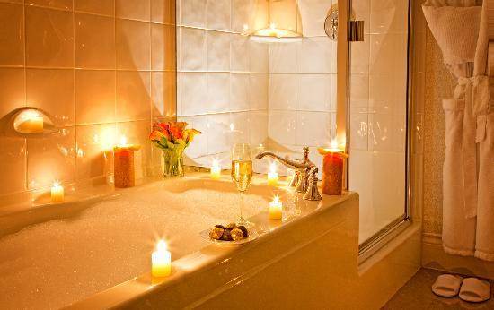 Magnolia Hotel And Spa: Relax in our deep tubs, and seperate shower, in every room.