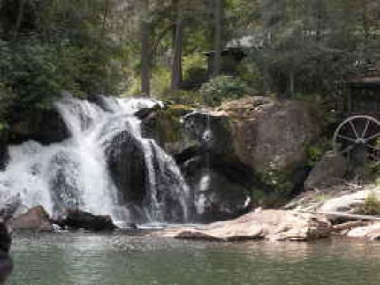Glenville, Северная Каролина: Norton Falls at the Lake