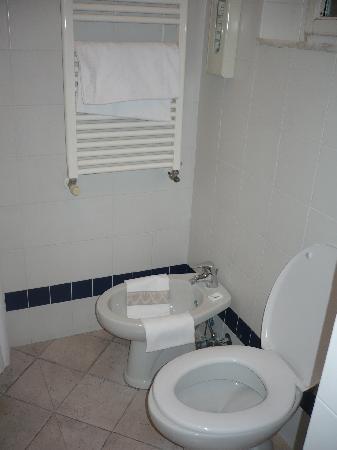 Albergo Cannon d'Oro: Baño de la Habitación