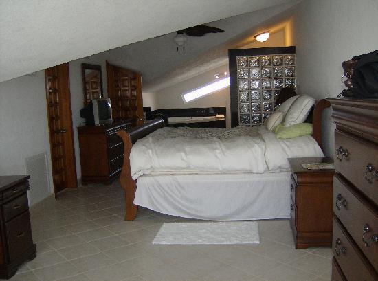 Pelican Reef Villas Resort: Huge master suite in 3-bedroom condo