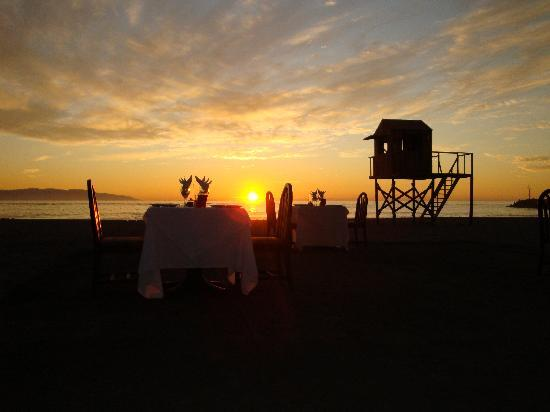 Villa Varadero Hotel & Suites : Beach Dinner at Dusk.