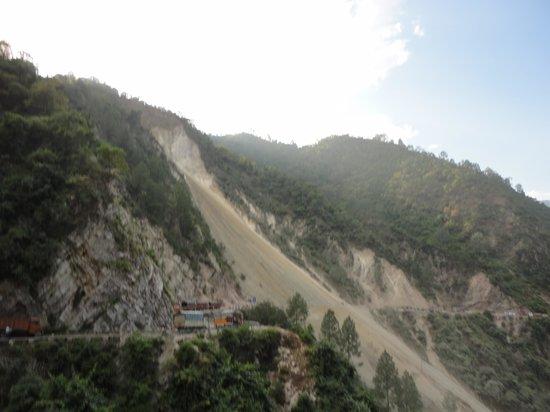Trinetra Tours: Trecherous himalayian mountain roads
