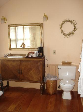 Spinnakers Brewpub and Guesthouses: Bathroom