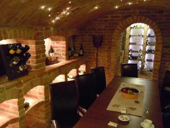 Thermenwelt Hotel Pulverer: wine cellar