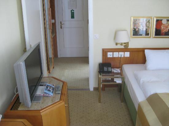 Steigenberger Grandhotel Belvedere: tv and entryway