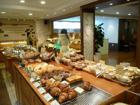 Hotel Princess: 一階のパン屋さん