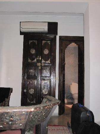 Riad Nerja: Innenansicht Zimmer, Blick zum Bad