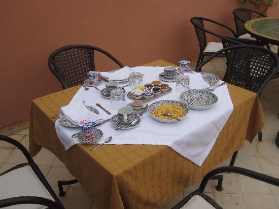 Riad Nerja: gedeckter Frühstückstisch auf der Dachterasse