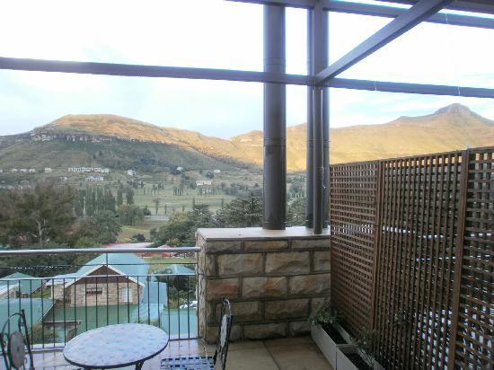 Protea Hotel Clarens: Shabby Balcony divider hanging by a string
