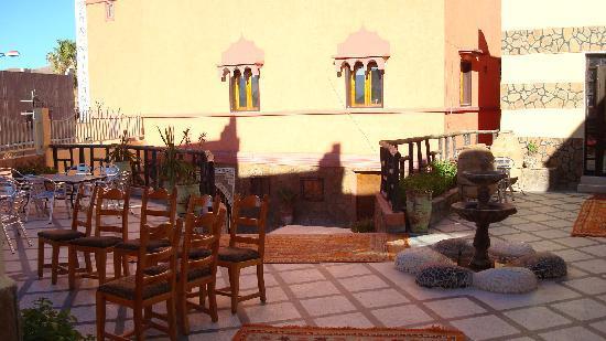 Tata, Maroko: terrasse restauration bar