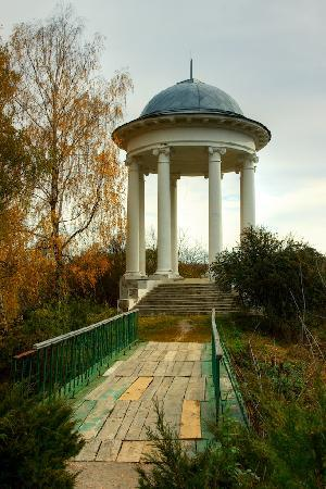 Ukraina: Sokyryntsi: rotunda above the lake