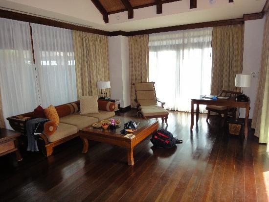 Nora Beach Resort and Spa: Wohnzimmer, schon etwas in die Jahre gekommen