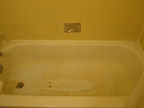 Village Inn: Stained bath tub