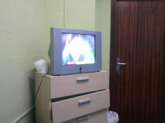 Low Cost Inn Faro: damaged furnisher