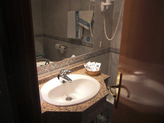 Hotel Trafalgar: Baño