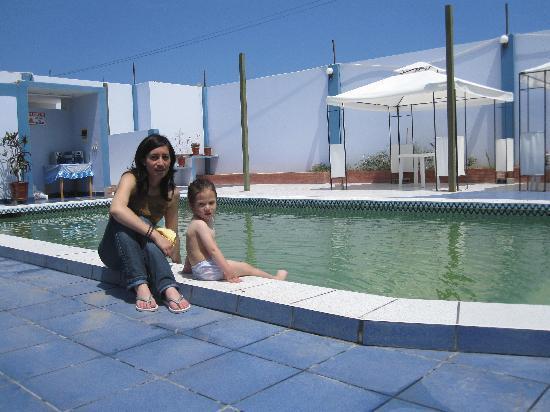 Pacasmayo, Perú: con la bebita en la piscina