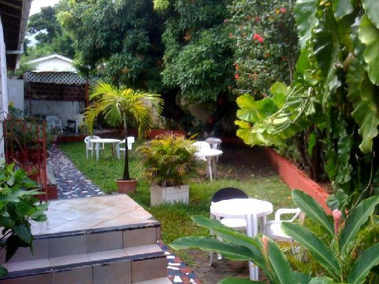St. James Guest House: Sit relax and enjoy our beautiful garden as the birds sings away.