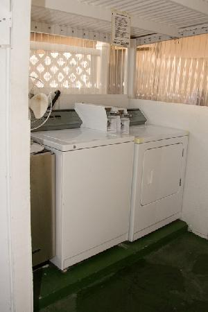 Barefoot Mailman Motel: Coin-op Washer and Dryer for the guests.