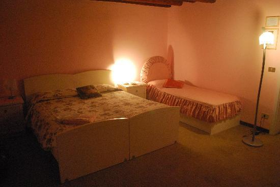 Almoro Bed & Breakfast: our pink bedroom