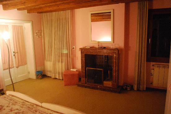 Almoro Bed & Breakfast: fireplace