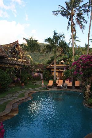 Life in Amed Boutique Hotel: Notre bungalow autour de la piscine avce la montage enarrière fond
