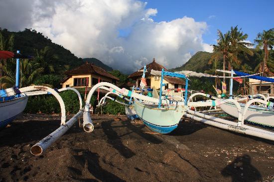 Life in Amed Boutique Hotel: L'hotel vu depuis la plage avec les bateaux de pêcheur