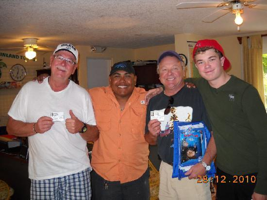 Ambergris Divers: Roberto and the 3 new certified divers!
