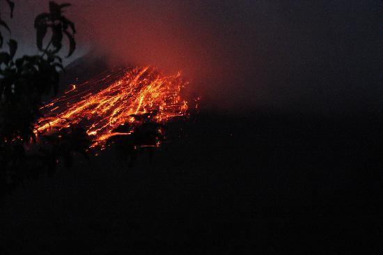 Arenal Observatory Lodge & Spa : eruptiond el'arenal prise depuis notre lit