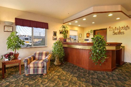 Newberg Travelodge Suites: Lobby