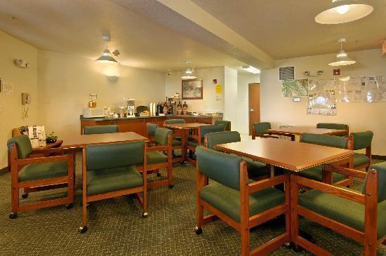 Newberg Travelodge Suites: Breakfast room