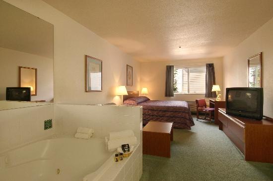 Newberg Travelodge Suites: Jakuzzi Suite