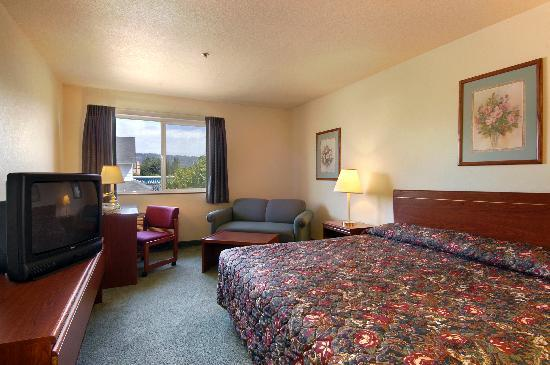Newberg Travelodge Suites: Large King bed room