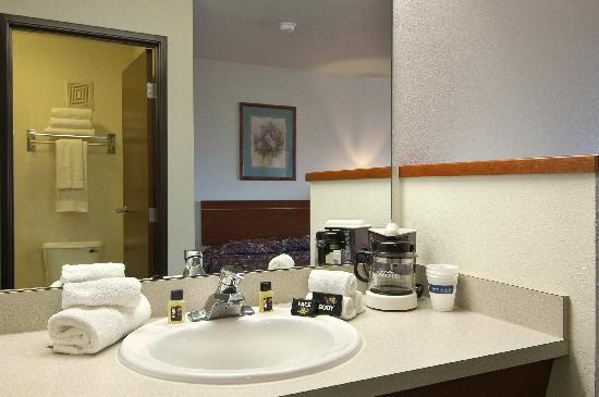 Newberg Travelodge Suites: Vanity
