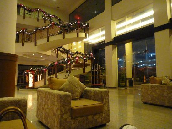 ‪‪The Pinnacle Hotel and Suites‬: lobby‬