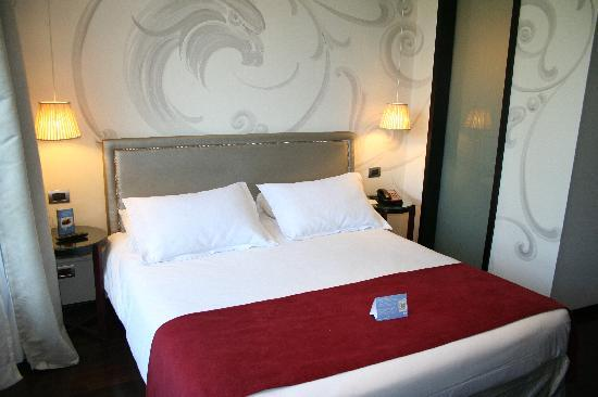 NH Buenos Aires Tango: Bed (behind the frosted-glass wall is the shower).