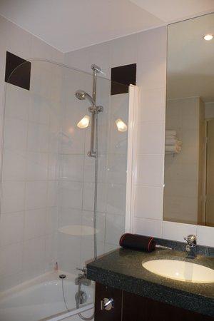 Best Western Hotel Du Pont Wilson: Bathroom