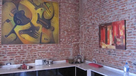 La Antigua Casa de Brigit: Kitchen, eating, and hang out area - super modern and comfortable!